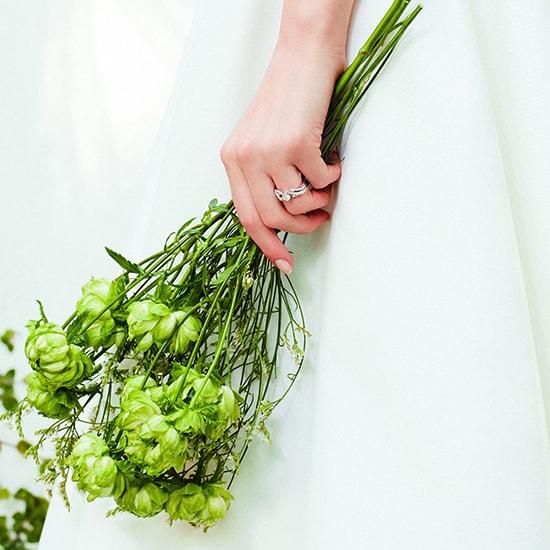 女性 花を持っているイメージ