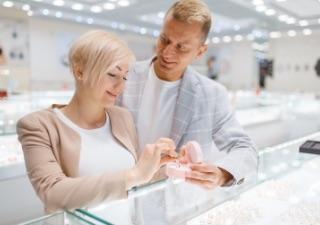 カップルがお店で指輪を選んでいるイメージ